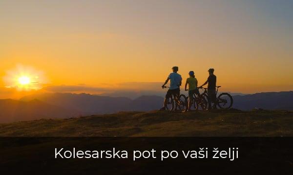 Kolesarji opazujejo sončni zahod na kolesarskih počitnicah.